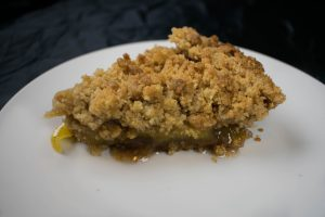 Cinnamon apple pie with crumble topping